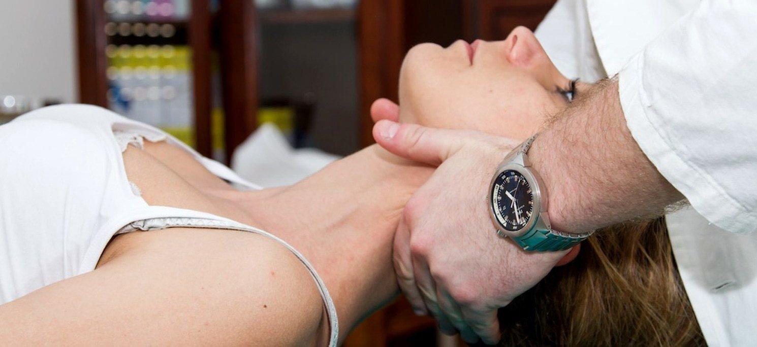 Una manipolazione al collo di una paziente