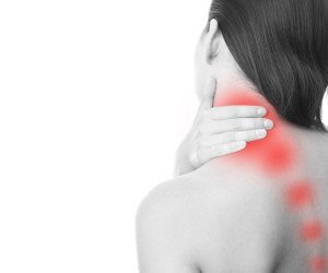 Schiena di una donna con diverse zone di dolore evidenziate in rosso