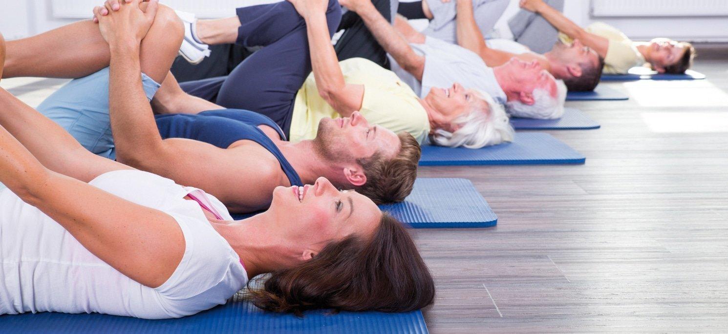 Esercizi di stretching su tappetino