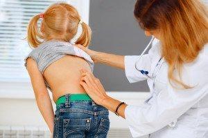 Dottoressa esamina una bambina con problemi alla schiena